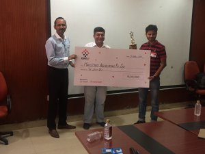 SmartUp 2017 winner Marketyard recieving cheque for Rs1L presented by Vibhuti Channa and Amit Singh